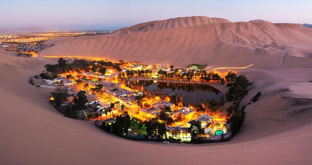 © depositphotos  Уакачина (Huacachina)— это город-оазис посреди огромной пустыни, дорога док