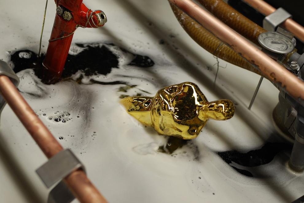 29. На статуэтку Оскара наносят позолоту на фабрике R.S. Owens в Чикаго, 6 декабря 2011. (Mira Oberm