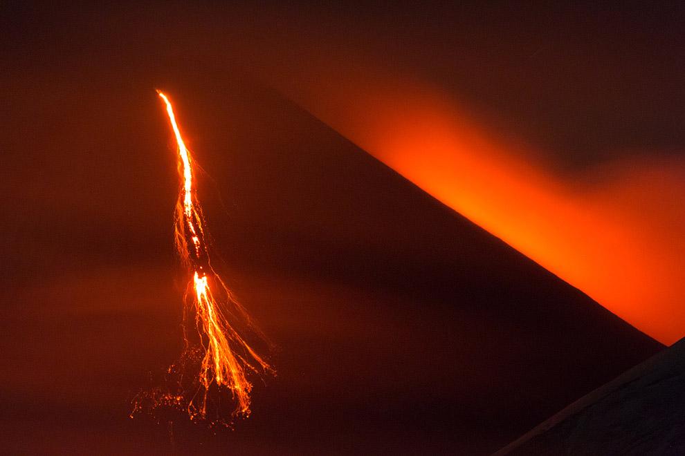 7. Над кратером то и дело был виден выброс раскалённой лавы.