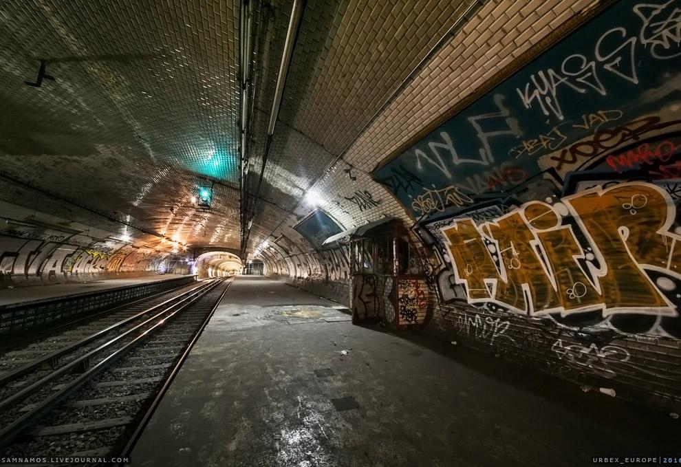 14. Выходы на улицу были разобраны, а холл с турникетами переделали под вентшахту 7-й линии.