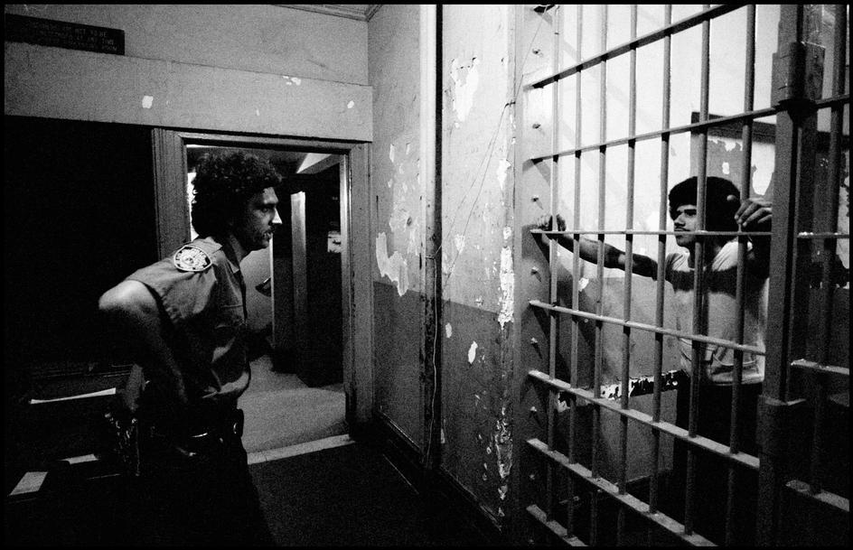 1978. Полицейский проверяет стало ли мужчине плохо, или он просто пьян.