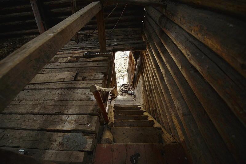 28. Спускаемся по крутой внутренней лестнице вниз и на улицу выходим через боковое крыльцо-вход.