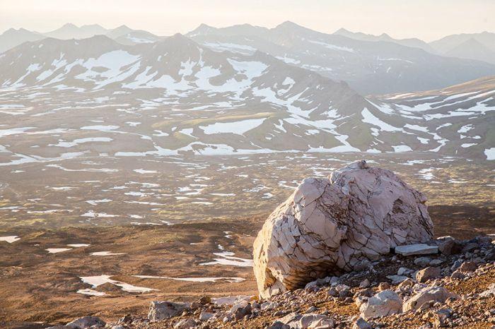 Вулканическая бомба – раскаленный комок лавы, выброшенный во время извержения. Вес такого камня достигает десятков тонн.
