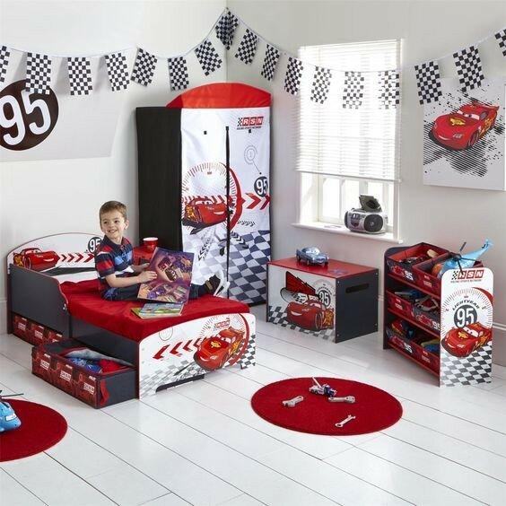 Игрушечные машинки в детской комнате