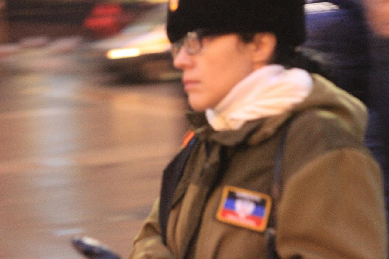 Баба-боевик мимо проходила, в камуфляже и с нашивкой цвета флага ДНР,