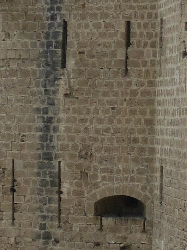 Бойницы северо-западной башни с внешней стороны