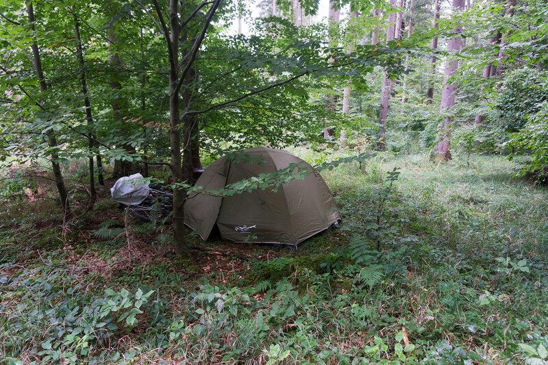 ночевка в палатке в лесу в германии