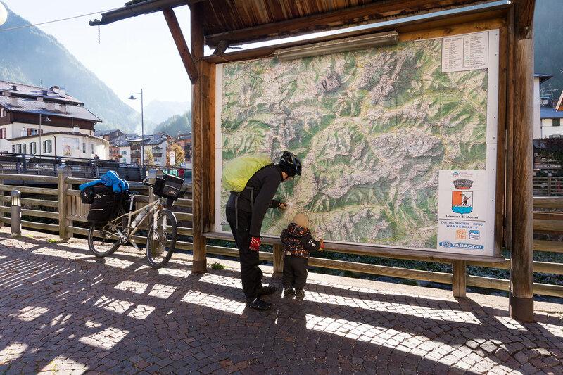стенд с картой в Альпах, Италия