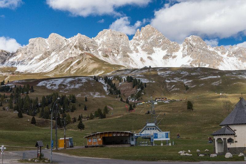 пейзаж с горами и подъемником на перевале san pellegrino, альпы, италия