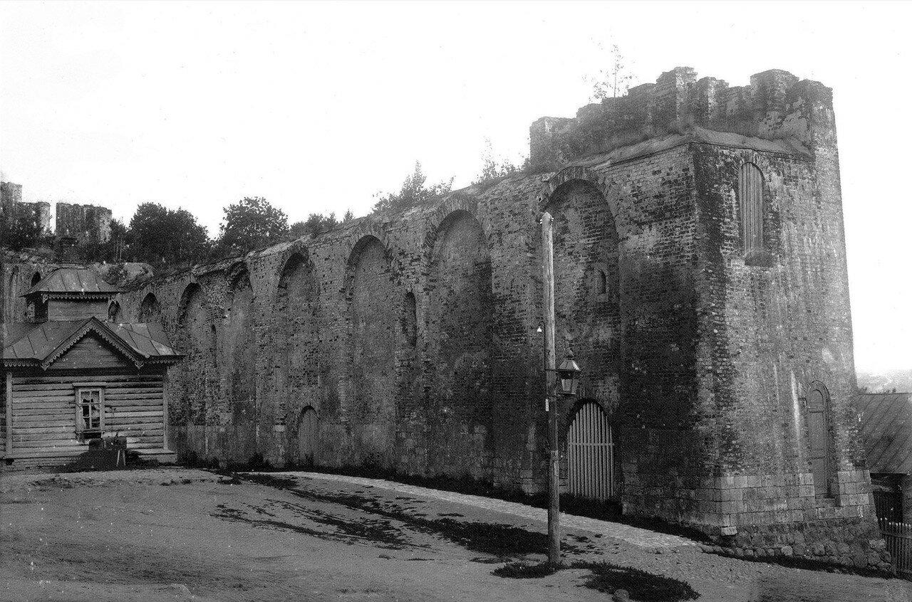 Крепостная стена и водоразборная будка на Пятницком ручье. 1907