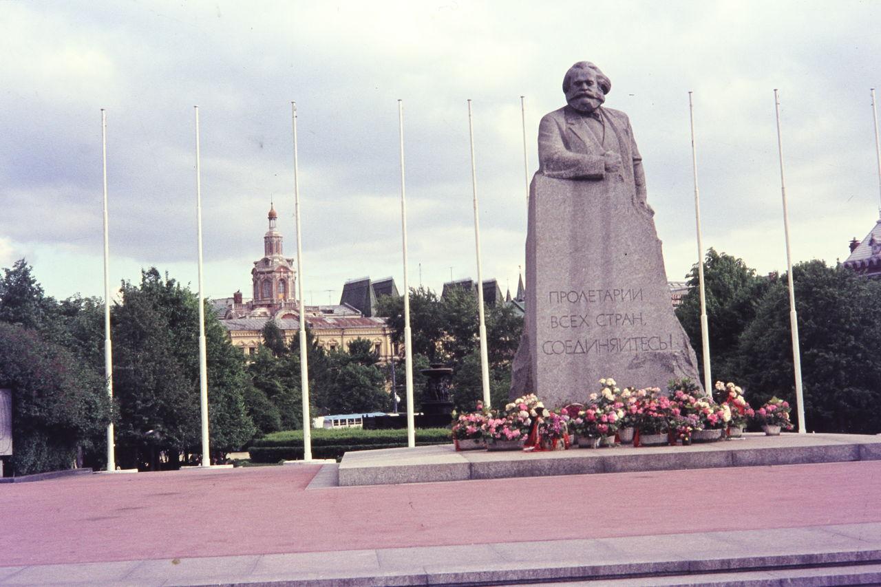 Цветы у подножия памятника Карлу Марксу
