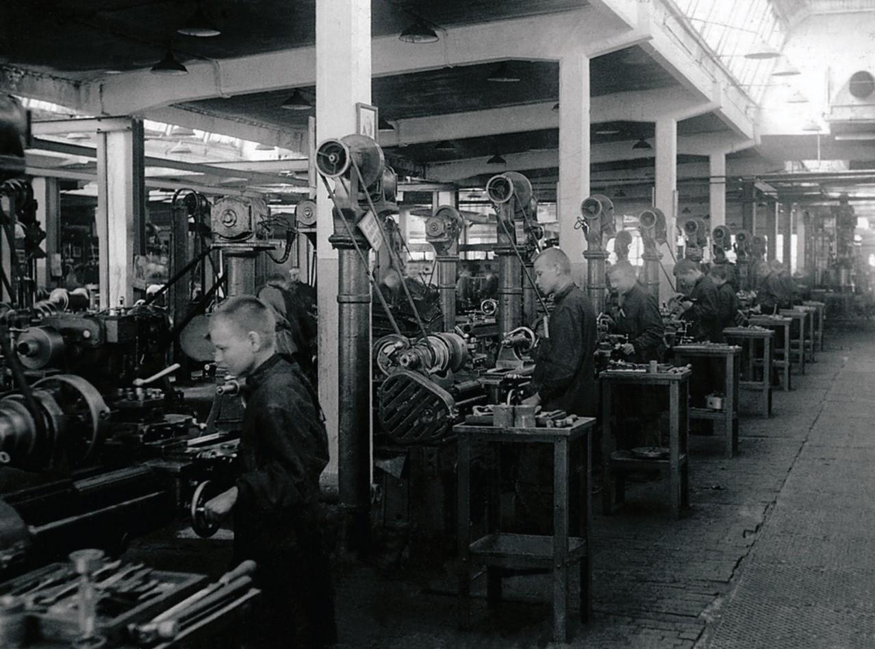 Челябинск. Ремесленное училище № 2. Учащиеся группы № 1 за расточкой «изделий». 1942