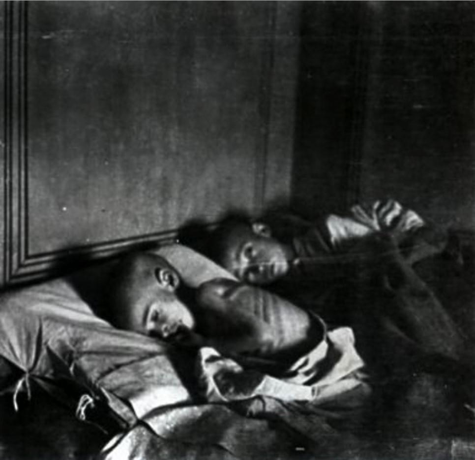 Голодающие дети на больничных койках в Марксштадте