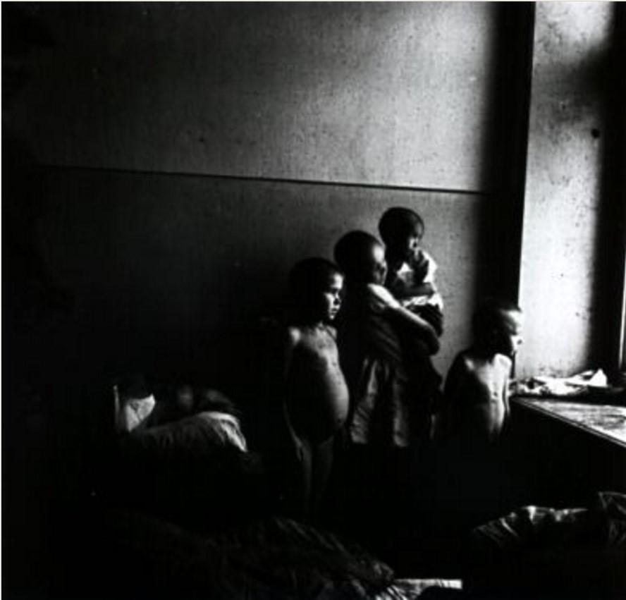 Группа детей у окна в детском доме для голодных и бездомных детей. Самара