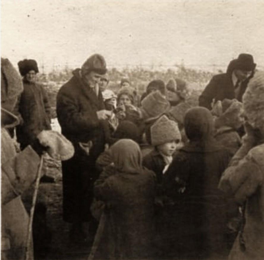 Доктор Фаррер, представитель английского отдела Международного Комитета Помощи России и уполномоченный представитель Фритьофа Нансена раздают хлеб голодным детям