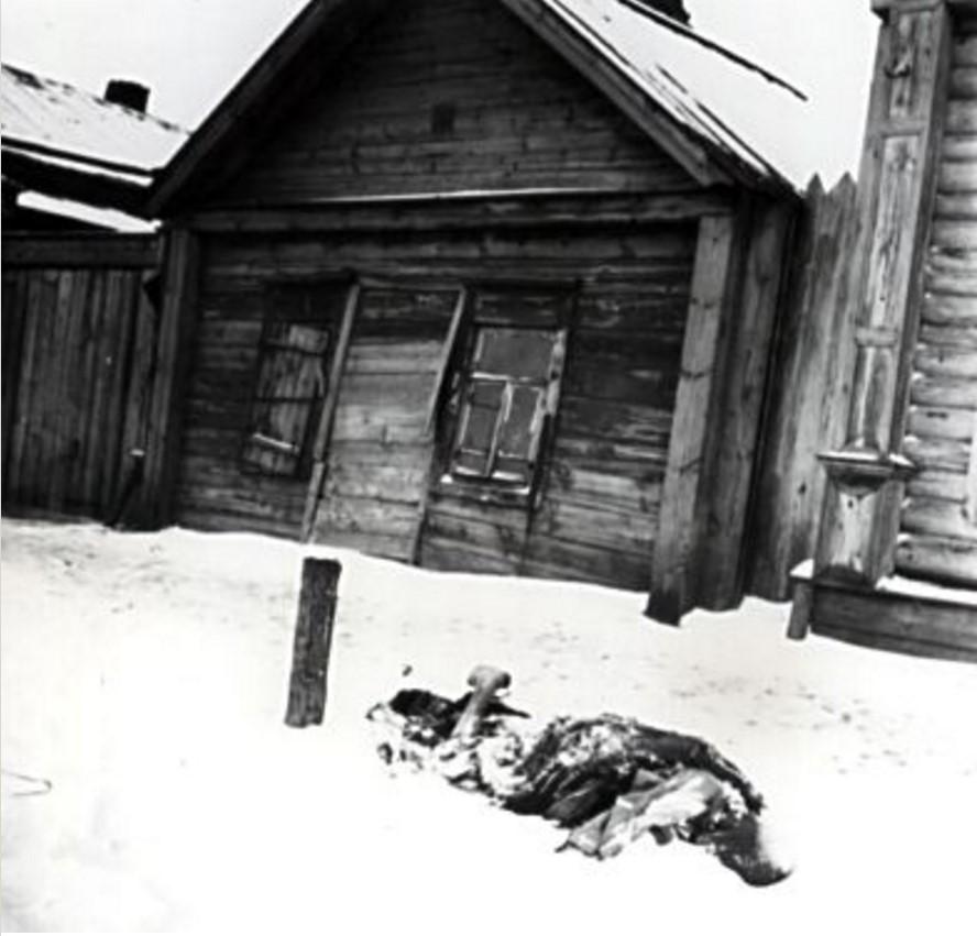 Мертвый человек в снегу перед домом. Бузулук