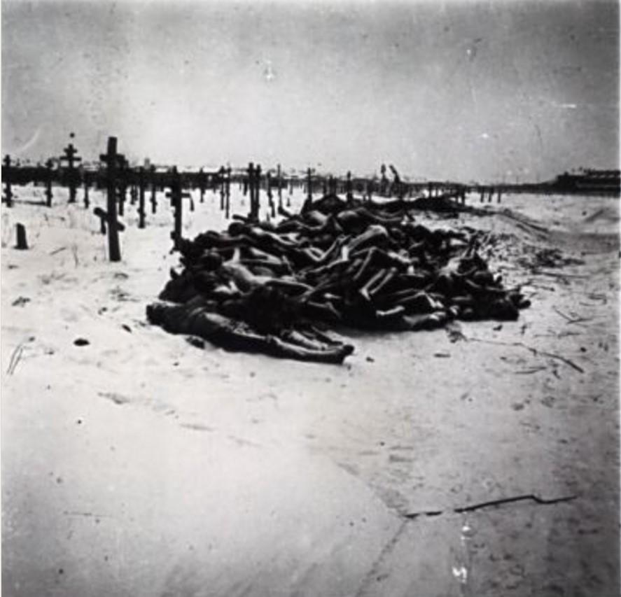 На кладбище в Бузулуке. Около 80 трупов, в основном детей, были похоронены в общей могиле после того, как с них сняли одежду для использования оставшимися в живых