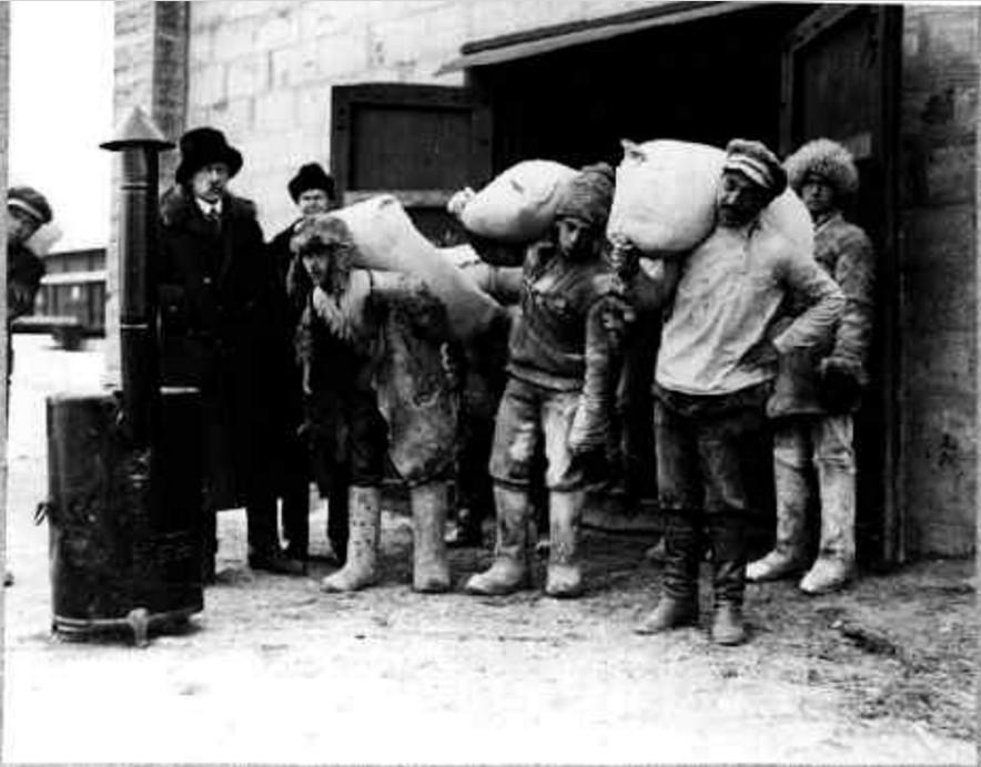 Разгрузка продовольствия со склада Международного Комитета Помощи России. Эта работа была добровольно выполнена  студентами Саратовского университета