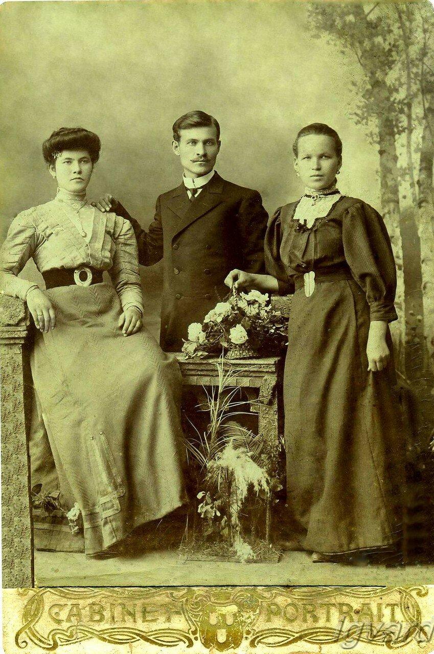 Чмырев Алексей Романович (в центре), Евдокия Романовна Чмырева (справа). 1910