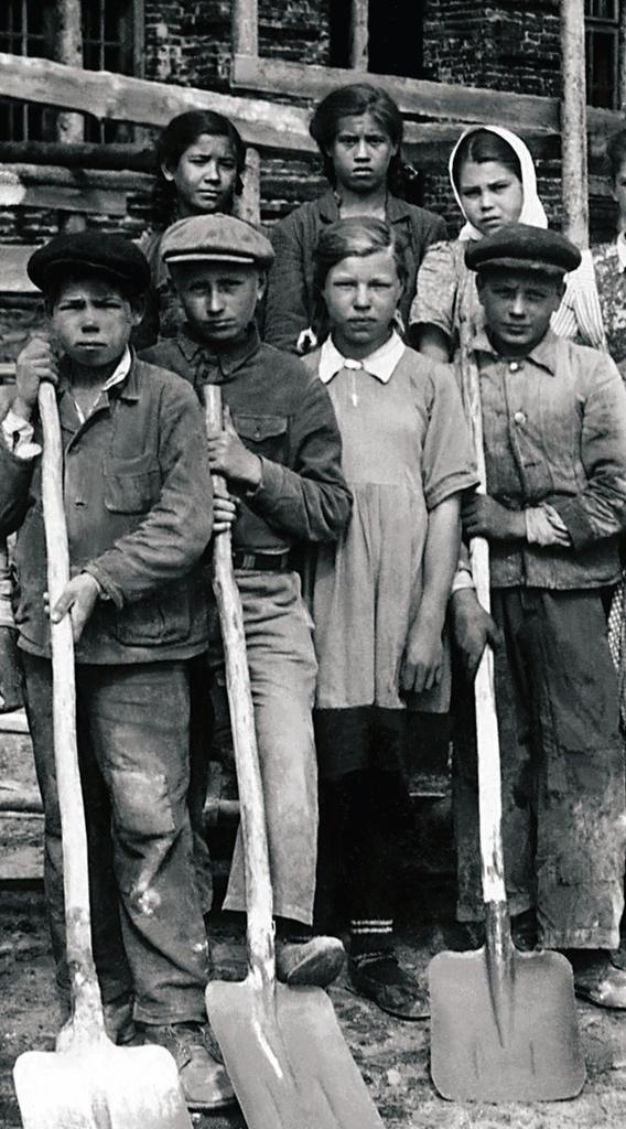 Сим. Школьники города на субботнике. 1948