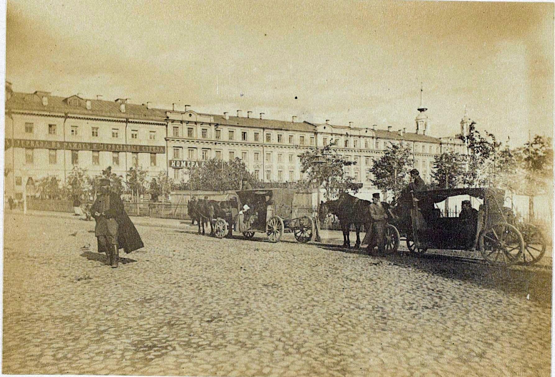 Остановка омнибусов у Ильинских ворот. 1897