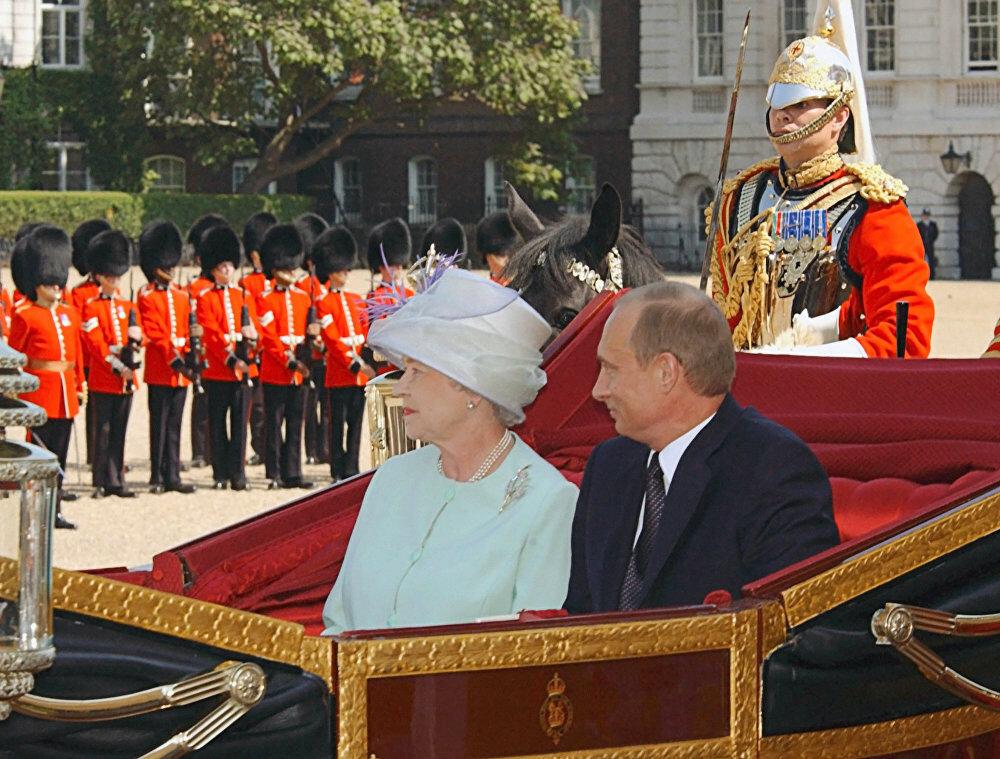 Президент России Владимир Путин и королева Великобритании Елизавета Вторая отправляются в карете в Букингемский дворец.jpg