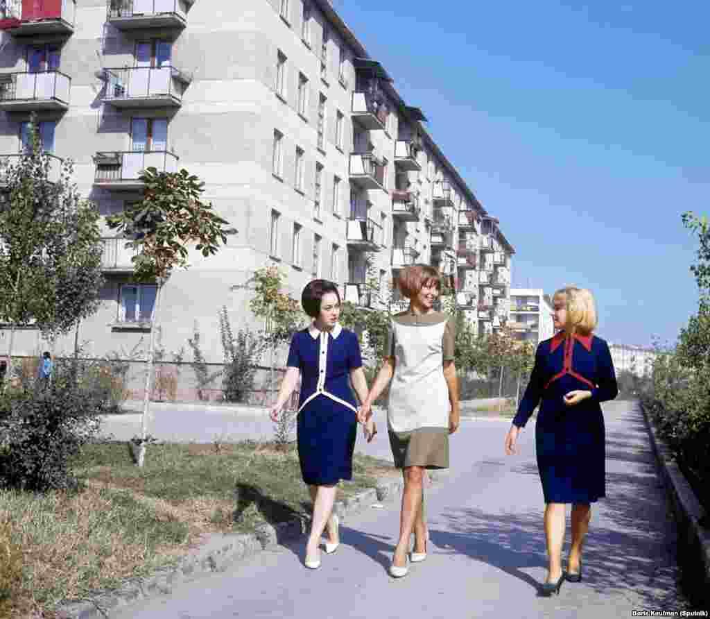 1966 Девушки рядом с недавно построенными хрущевками в Молдове.jpg