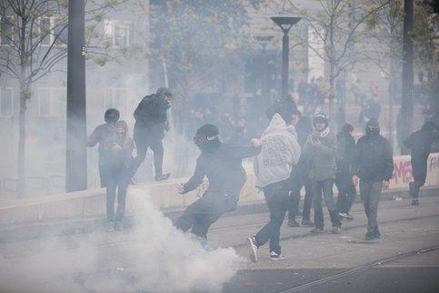 Впариже полиция применила слезоточивый газ вовремя протеста школьников