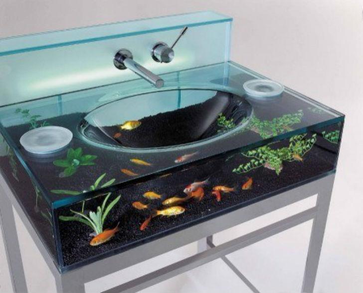 Раковина с аквариумом.