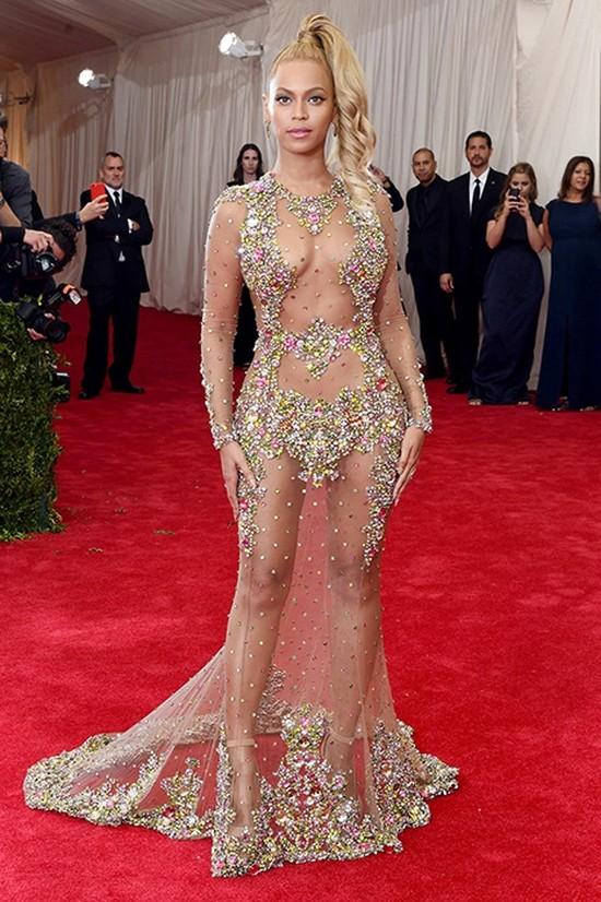2. Бейонсе на балу Met Gala 2015 Говорить о том, что новый виток моды на обнажение ввели именно они,