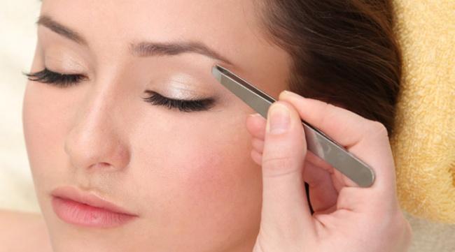 © topavenue  Перед тем как выщипывать брови, смягчите кожу, промокнув ееватой, смоченной вте