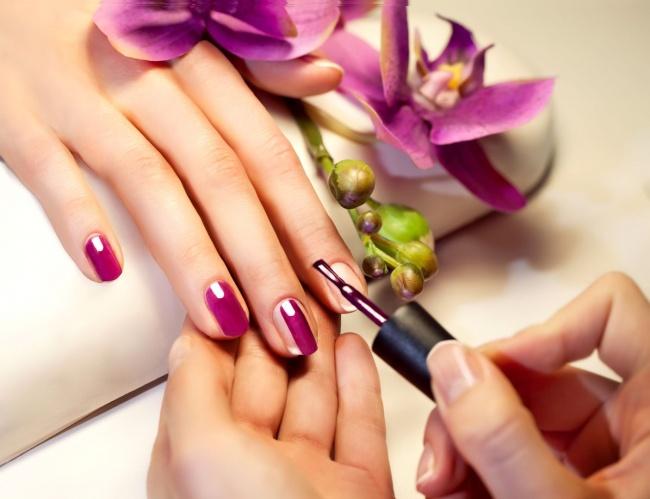 © womanjour  Красить ногти лучше всего впорядке отмизинца кбольшому пальцу, чтобы меньше за