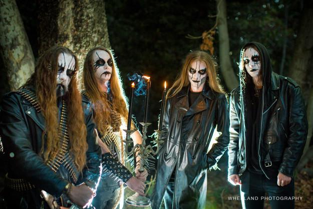 «Когда сталкиваешься с блэк-метал-группой в лесу во время помолвочной фотосессии, нужно пригласить и