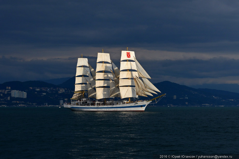 17. Взрослые мужики на борту нашего катера, увидев такое зрелище, просто орали, поверьте!