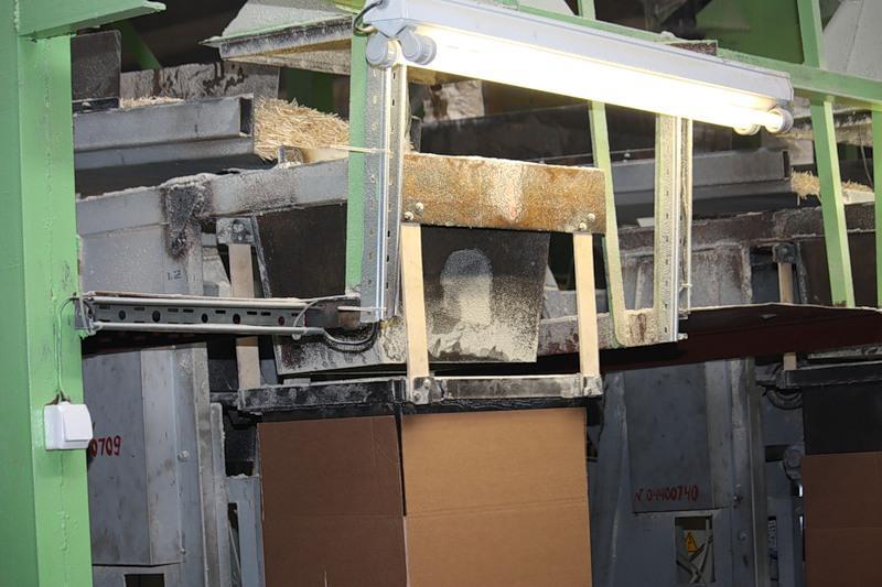 7.Тут производство делится. Одну часть спичечных заготовок-палочек отправляют в коробках в другие с