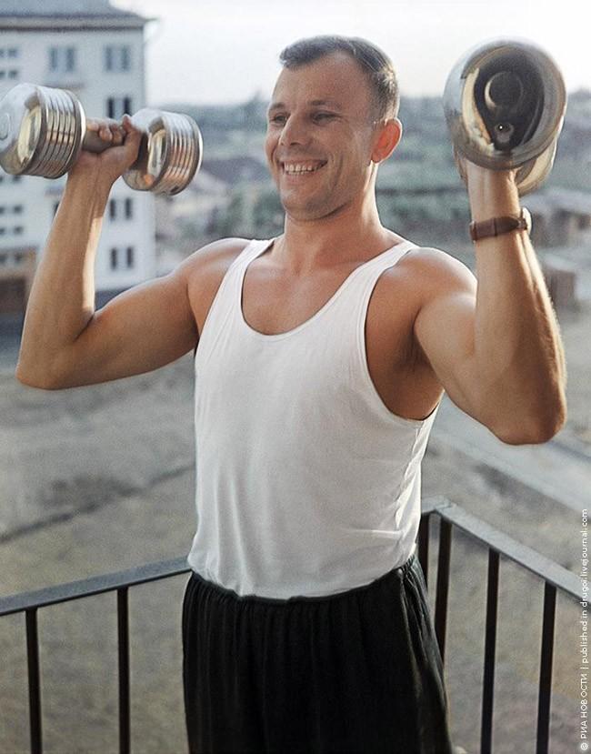 10. Физкультура. Спустя два года после полета Гагарин по-прежнему находится в хорошей физической фор