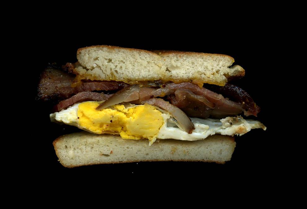 6. Жареное яйцо, сыр чеддер, бекон, английская булочка.