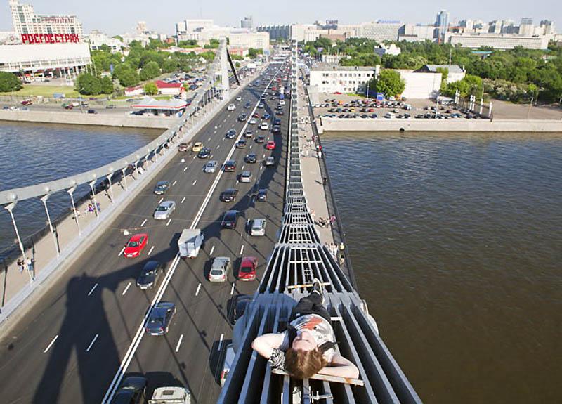 13. На Крымском мосту, так называемом