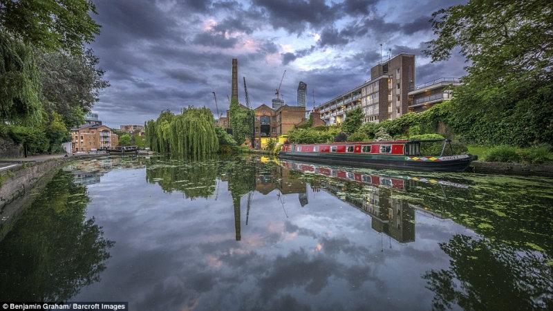 Серое небо Лондона отражается в водах канала.