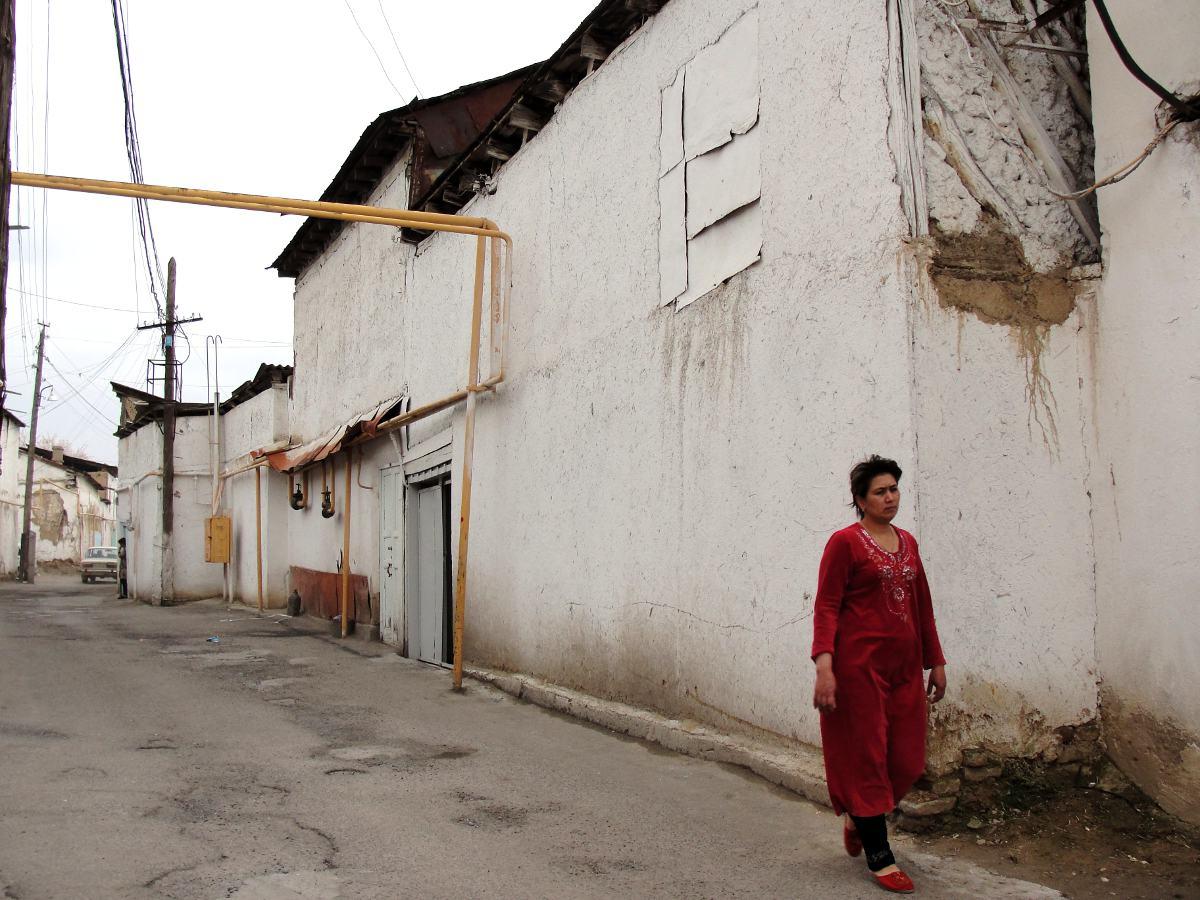 С советских времен здесь остались деревянные столбы фонарей, которые внизу подпираются чугунными рел