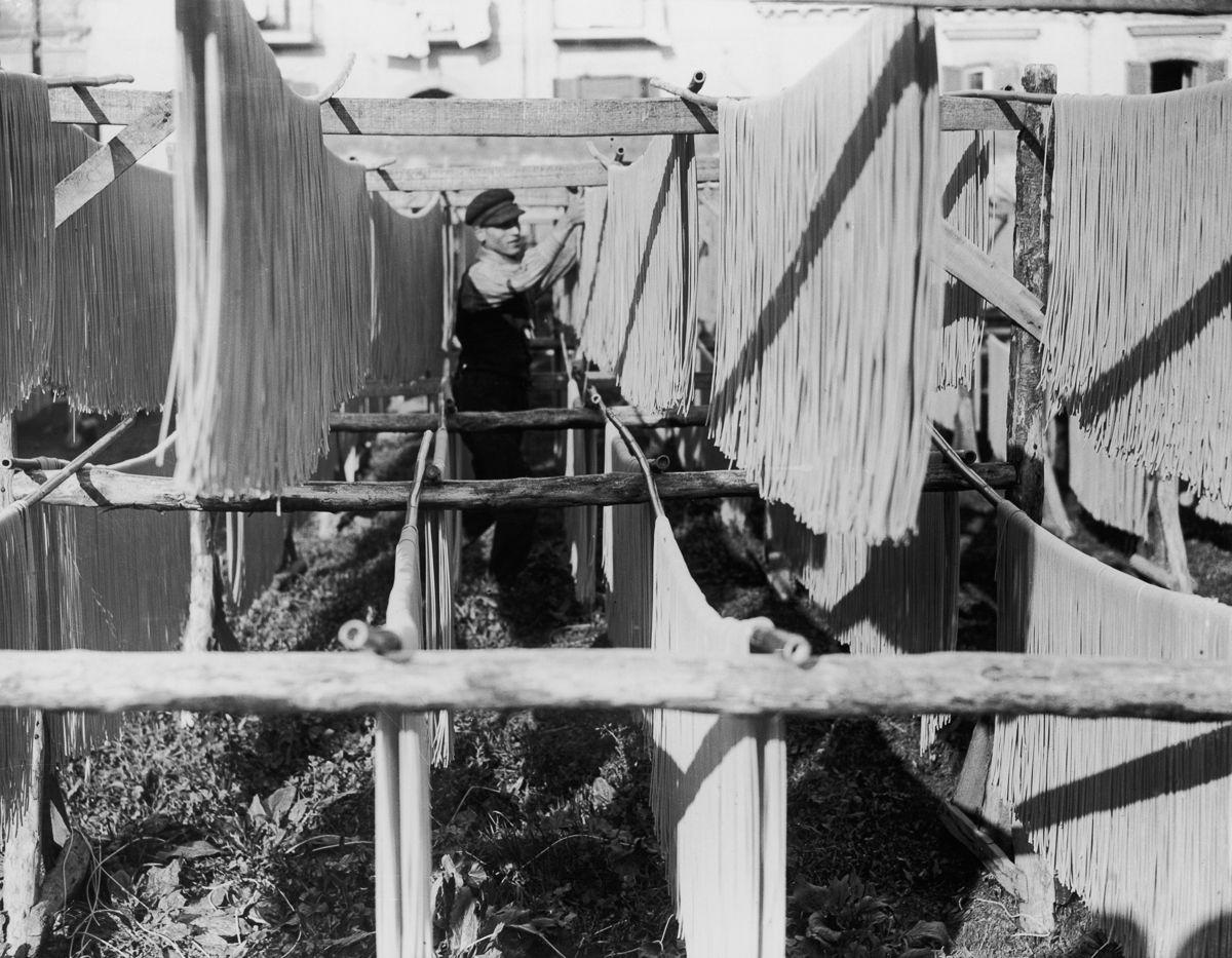Паста сушится на фабрике в Неаполе, Италия, приблизительно 1925 год.