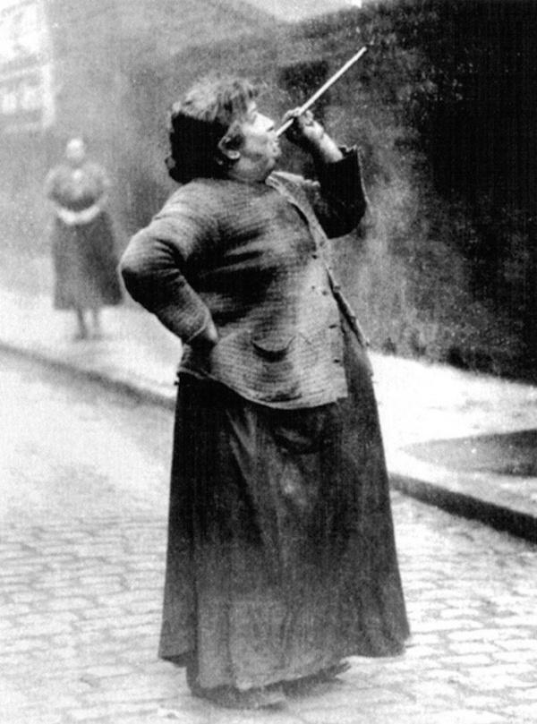 До изобретения будильника были такие люди, как Мэри Смит. Она была известна как knocker-upper (knock