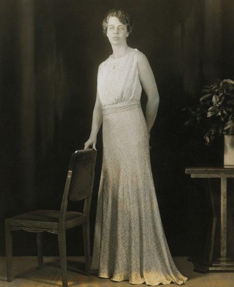 1933 год, Элеонора Рузвельт в голубом платье с растительным орнаментом от Sally Milgrim. Пряжки на р