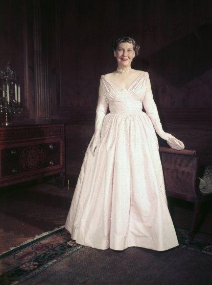 1953 год, Мэйми Эйзенхауэр в платье Nettie Rosenstein, расшитом тысячами стразов, и в обуви Delman с