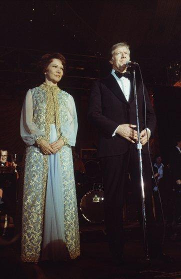 1977 год, Розалин Картер в шифоновом платье и накидке с золотой отделкой от Mary Matise for Jimmae.