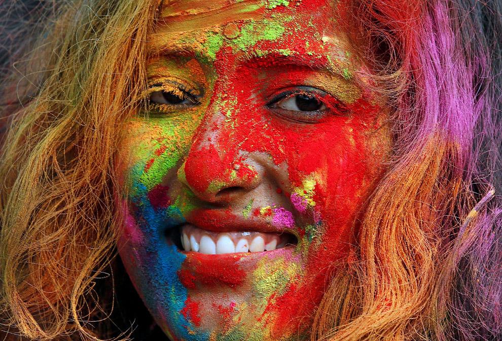 5. Кроме цветных порошков, цветной воды есть еще и цветной дым. Раджастхан, Индия, 13 марта 201