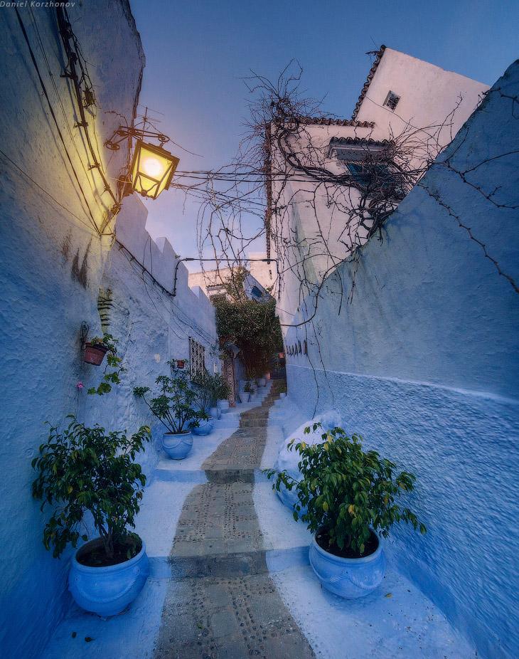 Первое знакомство с Марокко: пустынные обочины, белые фасады прибрежных городов, шоссе и разбитые се