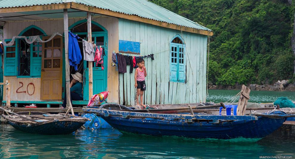 В Халонге, как и во всем Вьетнаме, я обратил внимание на большое количество детей повсюду. Маль