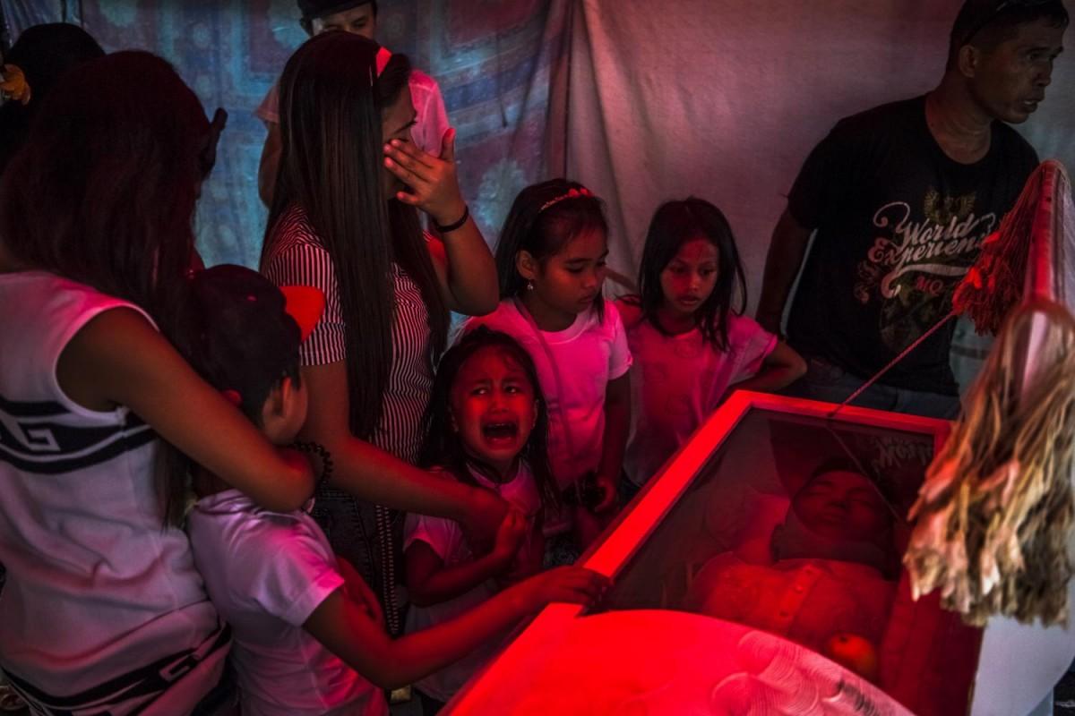 Шестилетняя Джимджи кричит: «Папа!» — на похоронах ее отца. Тело Джимбоя Боласы было найдено под мос