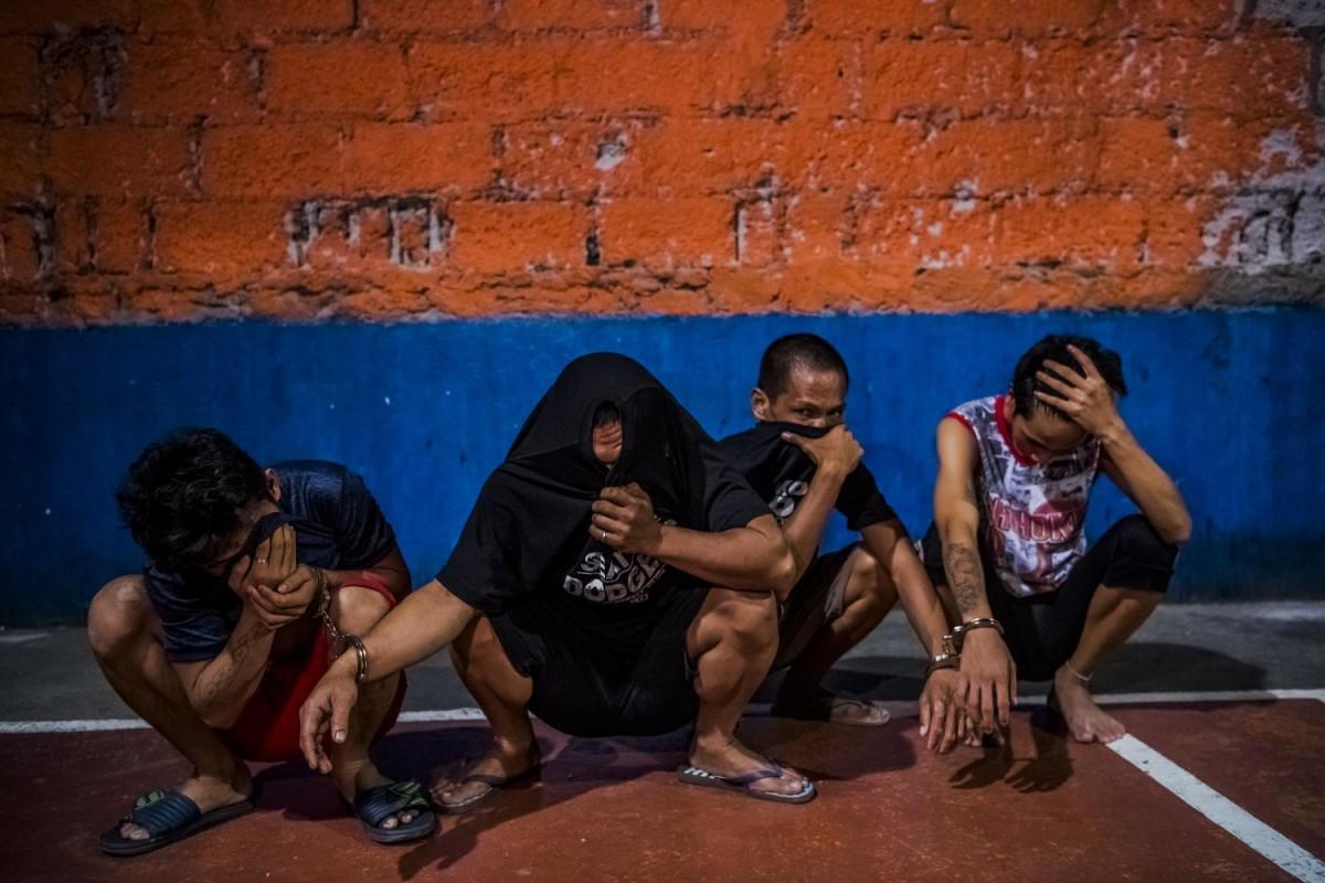 Четверо мужчин, арестованных за хранение наркотиков.